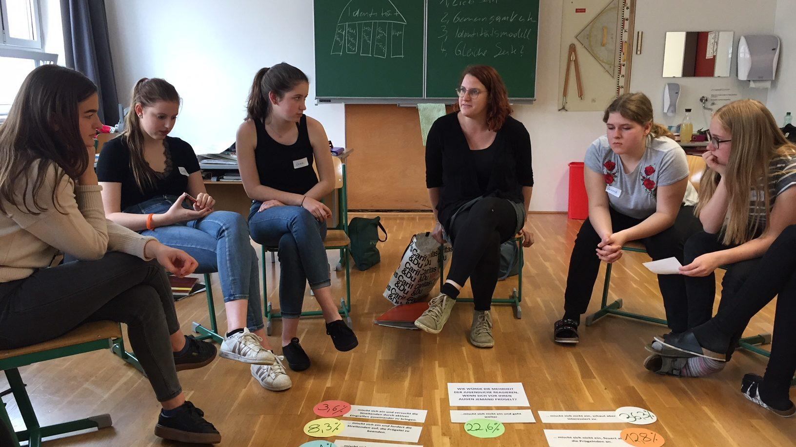 youngCaritas Referentin Evelyn führt einen Workshop in der Bafep zum Thema