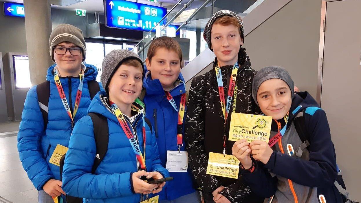 5 Buben der NMS Scharnstein halten gelbe cityChallenge Flyer
