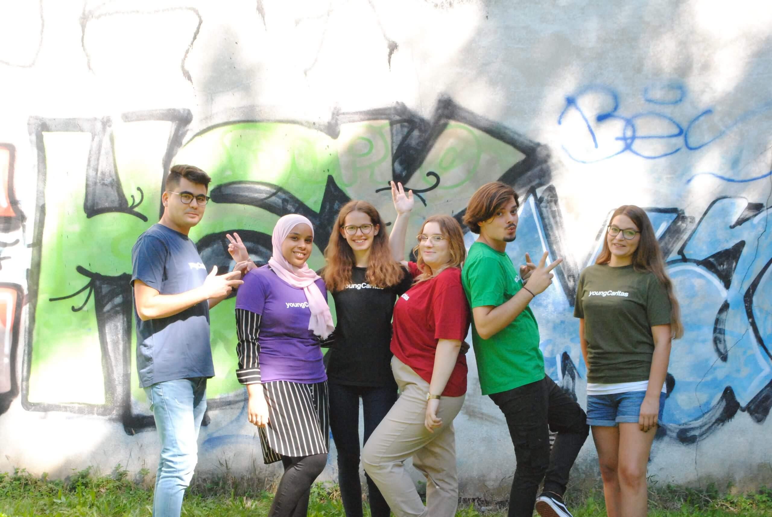 actionPooler*innen vor Graffiti
