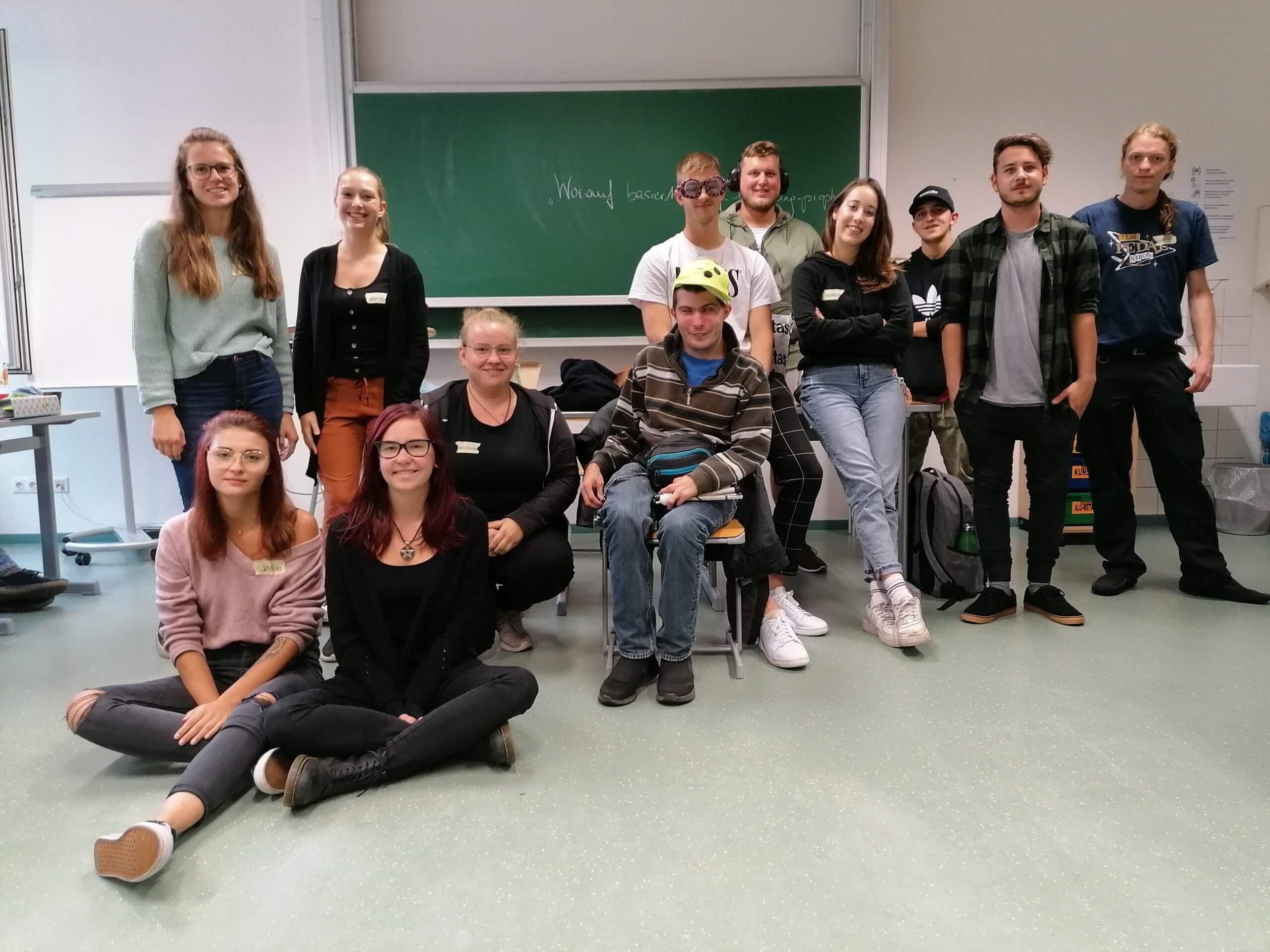 Klasse der SOB Gallneukirchen gemeinsam mit Benni aus der Caritas-Einrichtung St.Elisabeth stehen zusammen nach dem Workshop